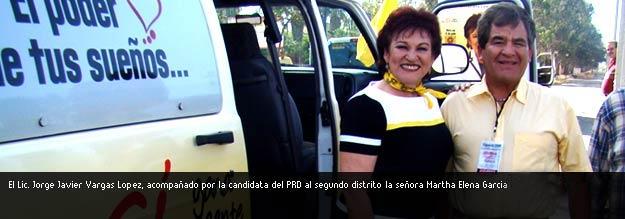 El Lic. Vargas junto a Martha Elena
